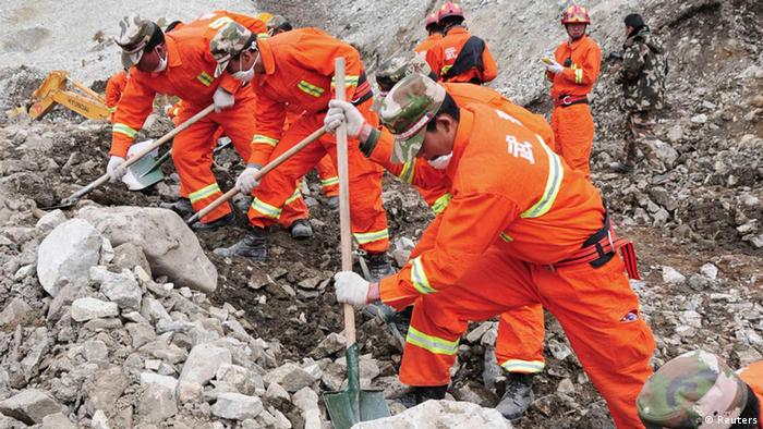 Rescuers search for survivors at the site of a landslide in a mining area in Maizhokunggar County, Tibet (Photo: REUTERS/China Daily)