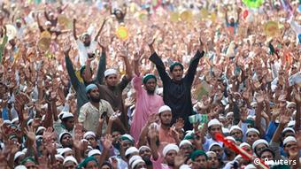 Activists of Islami Andolan Bangladesh shout slogans as they take part in a grand rally in Dhaka March 29, 2013 (Photo: REUTERS/Andrew Biraj)