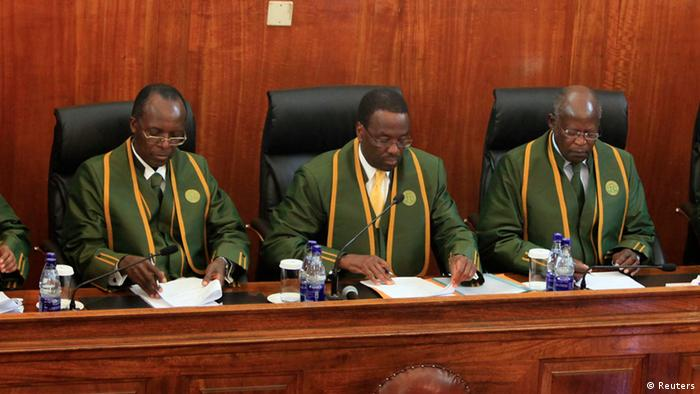 Ausschnitt - Kenya's Chief Justice Willy Mutunga (M) leads Supreme Court judges (L-R) Njoki Ndung'u, Philip Tunoi, Jackton Ojwang, Mohamed Ibrahim and Smokin Wanjala, in Kenya's capital Nairobi March 30, 2013. Kenya's Supreme Court ruled on Saturday Uhuru Kenyatta was elected president fairly, unanimously rejecting a challenge from defeated candidate Raila Odinga that the vote was marred by rigging and technical problems. REUTERS/Noor Khamis (KENYA - Tags: POLITICS ELECTIONS)
