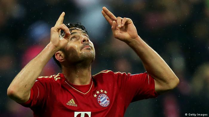 MUNICH, GERMANY - MARCH 30: Claudio Pizarro of Bayern Muenchen celebrates scoring the fifth goal during the Bundesliga match between FC Bayern Muenchen and Hamburger SV at Allianz Arena on March 30, 2013 in Munich, Germany. (Photo by Alexander Hassenstein/Bongarts/Getty Images)