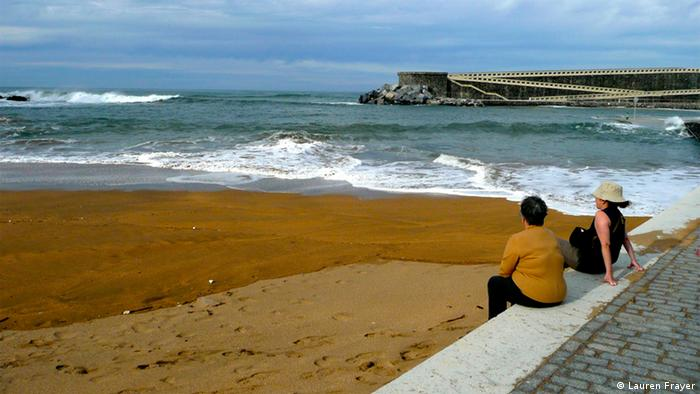 Villagers in Mutriku, relax at a man-made beach created by the construction of a breakwater, Foto: Lauren Frayer,