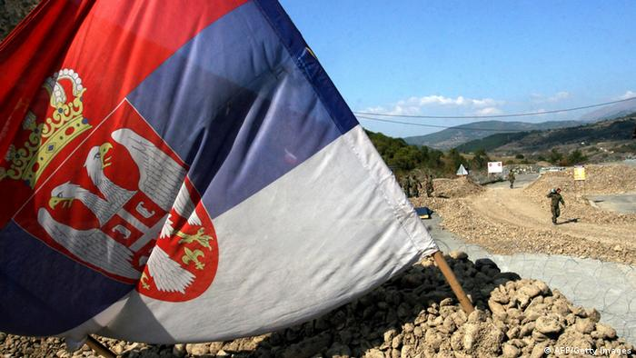 Archiv: Serbische Flagge am Grenzübergang Jarinje Serbien Kosovo