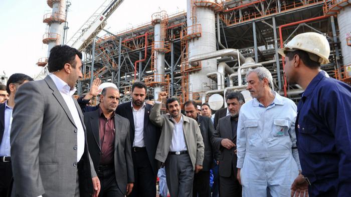 دولت احمدینژاد بهرغم وضعیت نابسامان اقتصادی، عملکرد خود را موفق میداند. بازدید احمدینژاد از پالایشگاه آبادان