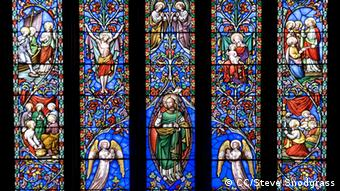 Foto: A stained glass window (Foto: CC BY 2.0: Steve Snodgrass/flickr. com: http://www.flickr.com/photos/stevensnodgrass/3694712395/sizes/l/in/photostream)