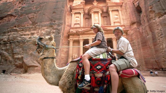 Jordanien Wadi Rum Wüste Reise Tourismus Kamel Touristen Dromedar (Getty Images)