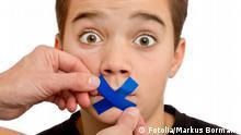 Symbolbild Schweigen Stille Zensur Mund Zeigefinger leise
