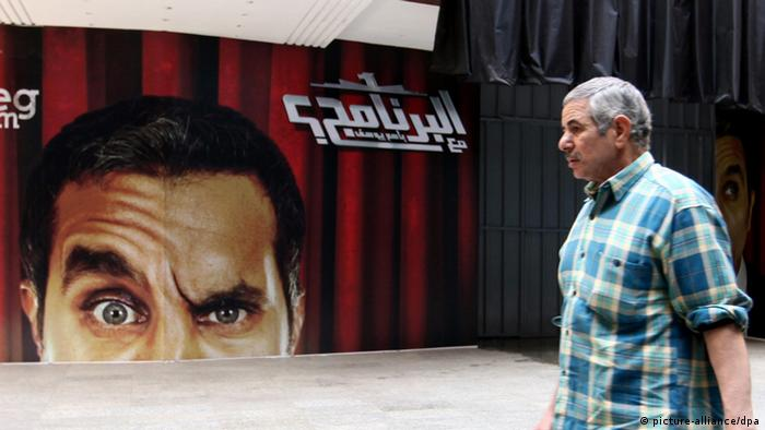 epa03645434 (FILE) A file photograph dated 02 January 2013, shows an Egyptian man walking in front of banners depicting Egyptian satirical TV show host Bassem Youssef in front of a theater in Cairo, Egypt. Media report state on the 30 March 2013, Egypt top prosecutor ordered the arrest of political Bassem Youssef for 'insulting the President Mohamed Morsi and Islam'. EPA/KHALED ELFIQI +++(c) dpa - Bildfunk+++ pixel
