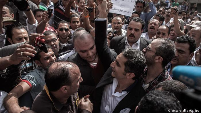 Bassem Youssef shaking hands with supporters upon arrival at Cairo's high court
