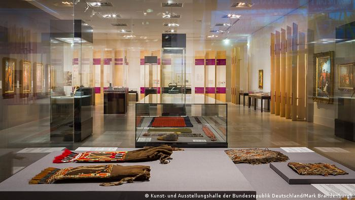 A interior view of the exhbition In Search of the Iroquois at the Bundeskunsthalle in Bonn.