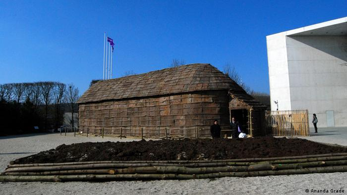 A replica of an Iroquoian long house before the Bundeskunsthalle in Bonn.