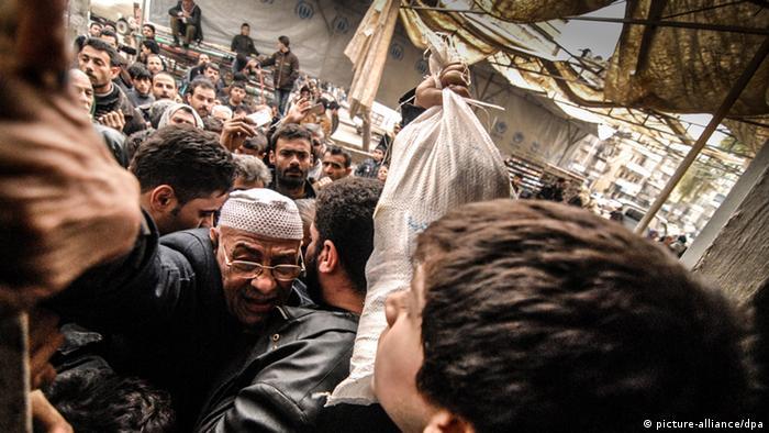 Essensausgabe der UN in der umkämpften Stadt Aleppo (Foto.dpa)