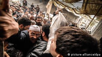 Syrische Zivilisten bei der Essensausgabe der UN-Welternährungsorganisation in Aleppo am 07.02.2013. (Foto: dpa)