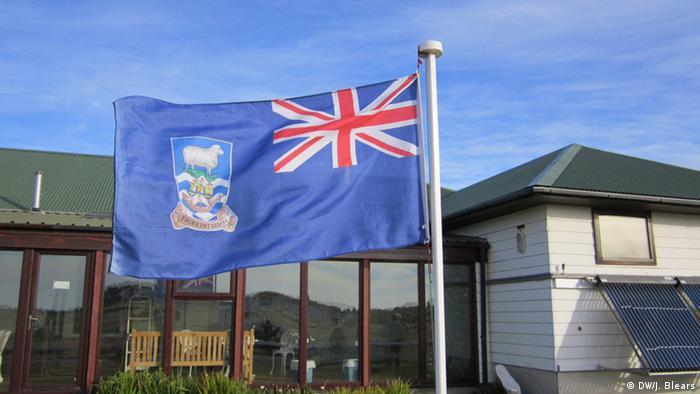 Flag flying on the Falklands Foto: DW/James Blears, Falklands, March 2013