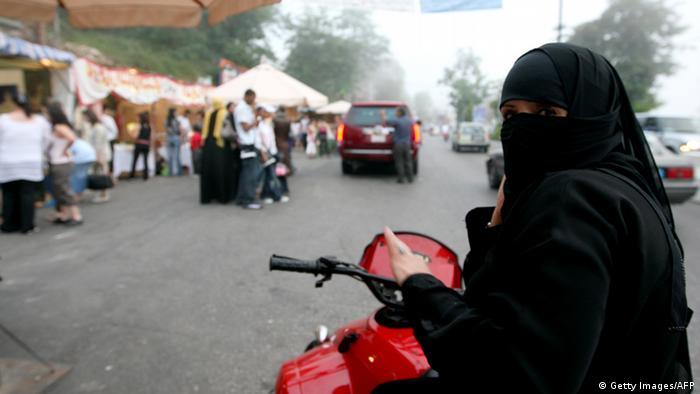 Mulher saudita em moto