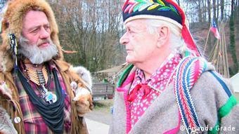 Verkleidete Hobby-Indianer Alois Schülter und Peter Brück (Foto: Ananda Grade)