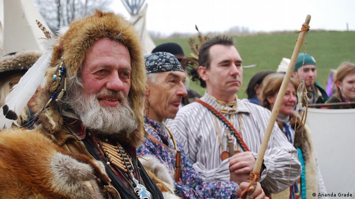 Drei deutschen Männern, die sich als Indianer verkleidet haben, unter freiem Himmel (Foto: Ananda Grade)