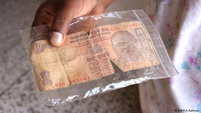 In northeast India soiled paper currency notes are often kept in transparent ziploc pouches as they exchange hands in the market. (Photo: Shaikh Azizur Rahman/DW)