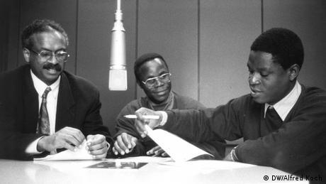 Jornalistas do serviço em português para a África no dia 18 de Abril de 1991 nos estúdios da Deutsche Welle no Raderberggürtel em Colónia. Da esquerda para a direita: Santana Afonso, Marcos Muledzera e Pedro Neto. Fotógrafo: Alfred Koch/DW