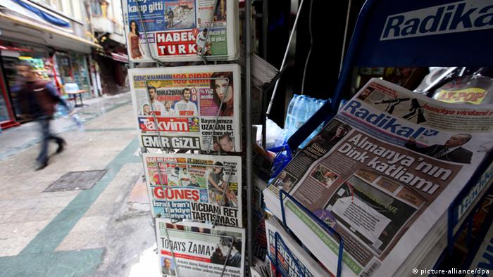 Archive picture of a Turkish papers at a news stand. Foto: dpa