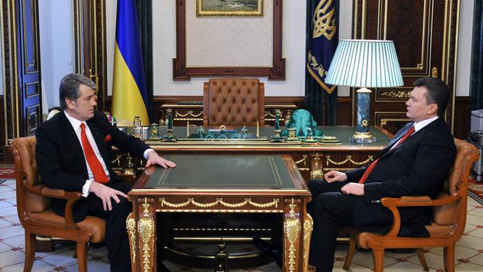Outgoing Ukrainian President Viktor Yushchenko (L) talks to the newly elected Ukrainian President Viktor Yanukovych (R) at the presidential office in Kiev, Ukraine