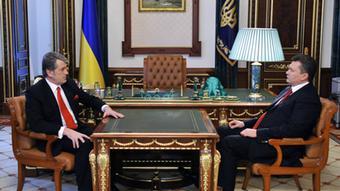 Der ukrainische Ex-Präsident Viktor Juschtschenko sitzt mit seinem Nachfolger Viktor Janukowitsch nach der Wahl 2010 an einem Tisch (Foto: dpa)