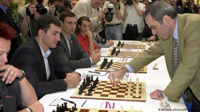 Гаррі Каспаров грає в шахи на своєму 50-річчі