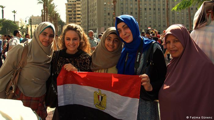 Fatima Günenc und Joceline Berger auf dem Tharir Platz in Kairo. Foto: Fatima Günenc, Bild aus dem Privatarchiv, Undatierte Aufnahme, Eingestellt 04.04.2013