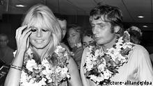 Der Schweizer Industriellen-Erbe, Playboy und Fotograf Gunter Sachs kommt mit seiner Frau Brigitte Bardot am 21.6.1966 in Tahiti an. Das Paar, das kurz zuvor in Las Vegas geheiratet hatte, verbrachte auf Tahiti seine Flitterwochen. Am 14.11.2002 kann der gebürtige Franke seinen 70. Geburtstag feiern. In den 60er Jahren erregte er als Playboy Aufsehen. Seine Liaisons und Partys machten ihn zum Paradiesvogel der Klatschpresse. Er gilt als einer der Entdecker von St. Tropez, das zum Symbol des Jetset mutierte. Noch heute besitzt der Urenkel Adam Opels dort zwei Häuser. pixel Schlagworte .Personen , lächeln , .Kultur , sexsymbol , Gespräch , .Wirtschaft , Blumenkette , Playboy , Gestik , .Medien