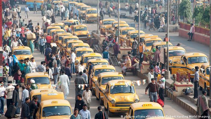 Verkehr in Kolkata (picture-alliance/Annie Owen/Robert Harding World Imagery)