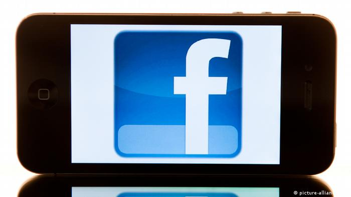 Facebook Handy Smartphone Symbolbild (picture-alliance/dpa)