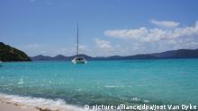 HANDOUT - Blick auf einen Strand auf den British Virgin Islands, aufgenommen am 28.08.2011. Foto: Jost Van Dyke (Achtung: Nur zur redaktionellen Verwendung bei Nennung der Quelle) (zu dpa Medienberichte enttarnen geheime Geschäfte in Steueroasen vom 04.04.2013)