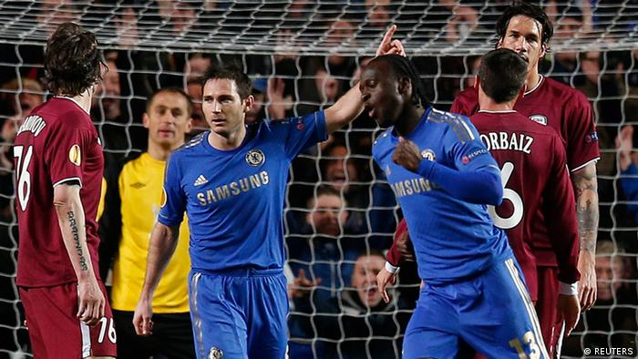 Chelseas Victor Moses feiert sein Tor mit Frank Lampard. (Foto: REUTERS/Suzanne Plunkett)