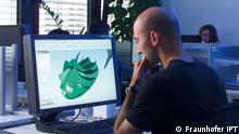 Am Fraunhofer Institut für Produktionstechnologie in Aachen IPT entwirft ein Mitarbeiter am Computer ein Modell für ein Turbinenbauteil. Der CAD Datensatz wird in einen CAM Datensatz übertragen, so dass eine Maschine ihn interpretieren kann. Dann stellt die Maschine das Bauteil her. (Foto: Fraunhofer IPT)