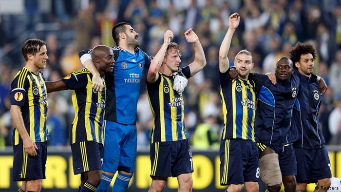 Fenerbahce's team celebrate after the Europa League quarterfinal soccer match against Lazio at Sukru Saracoglu stadium in Istanbul April 4, 2013. REUTERS/Murad Sezer (TURKEY - Tags: SPORT SOCCER)