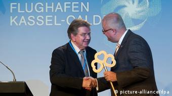 Jörg Ries (lks.), Sprecher der Flughafen-Geschäftsführung in Kassel-Calden überreicht den Schlüssel an Hessens Finanzminister Thomas Schäfer (CDU) (Foto: dpa)