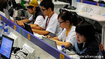 Japanische Journalisten arbeiten am Mittwoch (30.07.2008) in Peking im Hauptpressezentrum der Olympischen Spiele. Die chinesischen Olympia-Organisatoren haben die Zensur der Internets für die ausländischen Journalisten in Peking verteidigt. Der Zugang im Hauptpressezentrum sei ausreichend. Die Berichte über die Spiele sind nicht beeinträchtigt», entgegnete der Sprecher des Organisationskomitees (BOCOG), Sun Weide, am Mittwoch vor der Presse auf scharfe Kritik der Journalisten, denen vorher auch seitens des Internationalen Olympischen Komitees (IOC) freier Internetzugang bei ihrer Berichterstattung zugesichert worden war. Foto: Gero Breloer (zu dpa 0337 Olympia-Organisatoren verteidigen Zensur: Internetzugang ausreichend» vom 30.07.2008) +++(c) dpa - Bildfunk+++