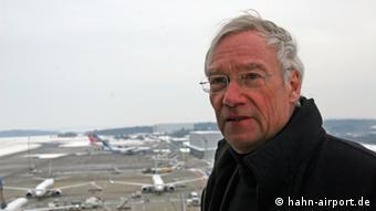 Dr. Heinz Rethage, Geschäftsführer Flughafen Frankfurt-Hahn vor dem Rollfeld (Foto: hahn-airport.de)