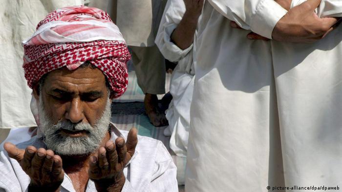 A Pakistani man praying during the Jummatul Wida (Last Friday of Ramadan) in Karachi on Friday 28 October 2005. EPA/AKHTAR SOOMRO +++(c) dpa - Bildfunk+++