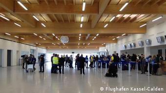 Test-Passagiere in der Abfertigungshalle im Flughafen Kassel-Calden (Foto: Flughafen Kassel-Calden)