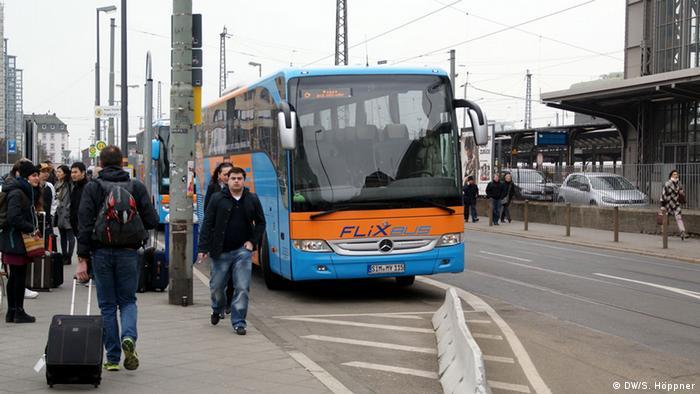 Ein Bus des Unternehmens Flixbus hält am Frankfurter Hauptbahnhof . (Foto: DW/Stephanie Höppner) Das Fernbusunternehmen Flixbus bietet Reisen in Bussen an. Bild: DW/Stephanie Höppner, 5. April 2013