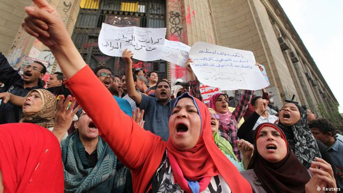 Anti-Mursi demonstrators and members of the 6th of April activist movement shout slogans in front of the High Court during a rally in Cairo April 6, 2013. The movement calls for a 'Day of Rage' to protest against the arrest of activists and the stifling of free expression. The movement was one of the key players in the uprising that toppled former President Hosni Mubarak. REUTERS/Mohamed Abd El Ghany (EGYPT - Tags: POLITICS CIVIL UNREST ANNIVERSARY)