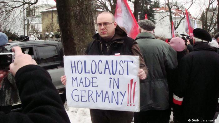 Demonstran gegen die ZDF-Serie Unsere Mütter, unsere Väter vor dem ZDF-Büro in Warschau im April 2013. Foto: Michal Jaranowski/DW