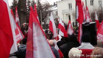 Demonstration in Warschau gegen die ZDF-Serie Unsere Mütter, unsere Väter vor dem ZDF-Büro in Warschau im April 2013. Foto: Michal Jaranowski/DW 1. Zahlreiche Demonstranten kamen mit Fahnen und Bannern
