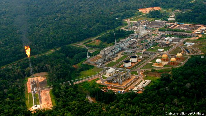 Brazil's Petrobras oil and natural gas plant in the Amazon jungle at Urucu, 650 km from Manaus (picture alliance/AP Photo)