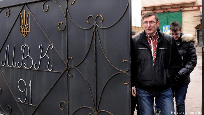 epa03652714 Ukrainian opposition leader Yuri Lutsenko leaves the Menskaya prison in Makoshyne, Chernigov Region, about 230 km from the capital Kiev, Ukraine, 07 April 2013. Ukrainian President Viktor Yanukovych pardoned the key political ally of jailed former prime minister Yulia Tymoshenko, an executive order posted on the presidency's website said on 07 April. Yury Lutsenko, who served as interior minister in Tymoshenko's cabinet, was sentenced in February 2012 to four years in prison on abuse of office charges. His imprisonment was seen as another blow to pro-Western politicians in Ukraine after the jailing of Tymoshenko in 2011, also on abuse of office charges. EPA/ALEKSANDR KOSAREV