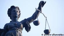 Eine Statue der Justitia (auch Justizia), Göttin der Justiz, der Rechtsprechung und der Gerechtigkeit, steht auf dem Gerechtigkeitsbrunnen auf dem Römerberg in Frankfurt am Main und hält eine Waage mit zwei Wagschalen in der linken und das Richtschwert in der rechten Hand, aufgenommen am Main am 11.01.2009. Foto: Wolfram Steinberg +++(c) dpa - Report+++