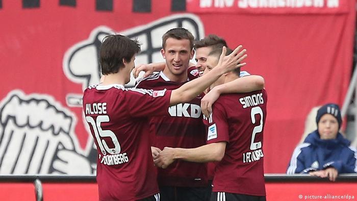 Nürnberger Spieler bejubeln einen Treffer gegen Mainz. Foto: dpa