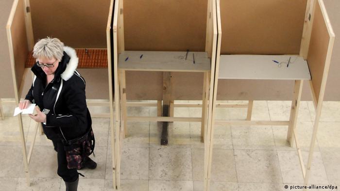 Žena u Crnoj Gori na biralištu