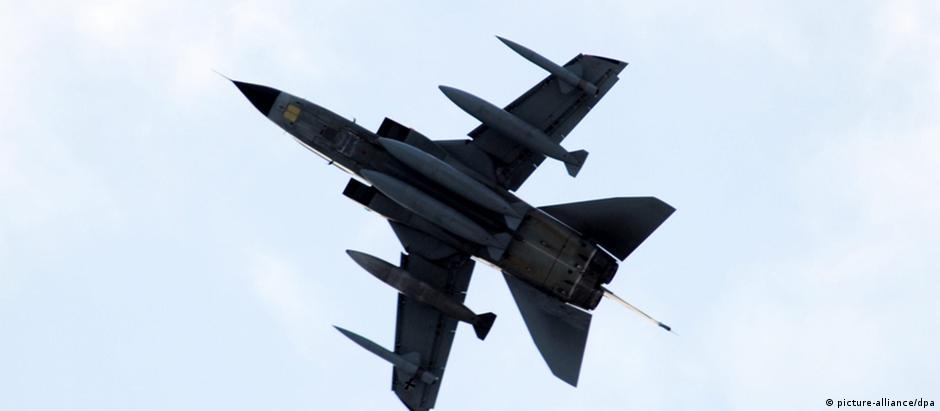 Um caça do tornado da Força Aérea britânica, mesmo modelo usado nos bombardeios na Síria