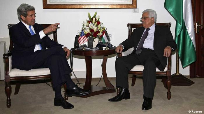 Palestinian President Mahmoud Abbas (R) meets with U.S. Secretary of State John Kerry in the West Bank city of Ramallah April 7, 2013. REUTERS/Mohamed Torokman (WEST BANK - Tags: POLITICS) / Eingestellt von wa